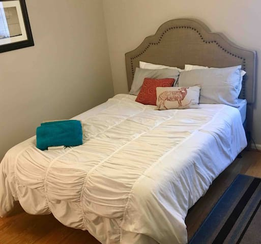 Bright Room Close to Uptown, Plaza, & Southend