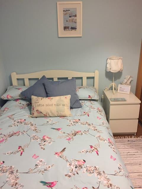 Bright room with en-suite & TV, off road parking