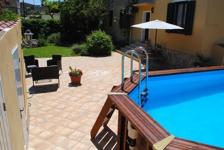 B&B Del Viale/ Camera tripla. Giardino con piscina
