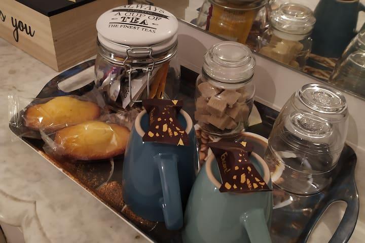 Thé, café, tisane, sucre et madeleines St Michel sont à votre disposition