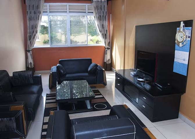 Kampala Apartment: cozy, quiet and a great view!