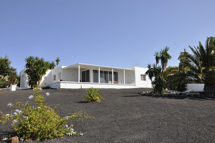 Tranquilo, luminoso, bonitas vistas - Puerto Calero  - Huis