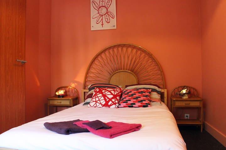 La chambre rose, grand lit deux places.