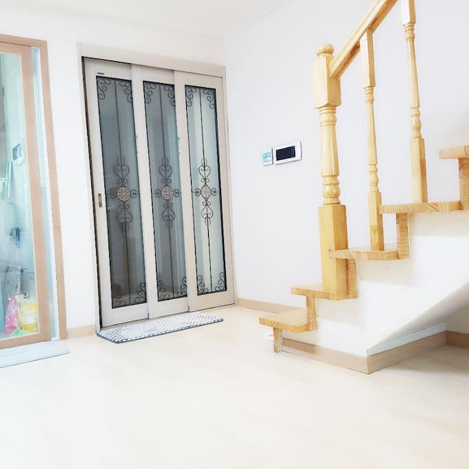 현관문 세탁실 계단
