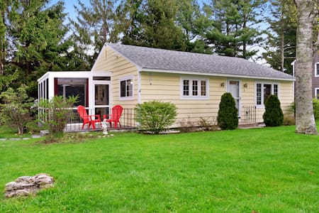 Family-friendly cottage w/screened-in porch & hammock-walk to beach