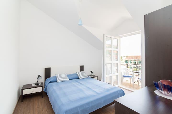Schlafzimmer mit kleinem romantischen Balkon