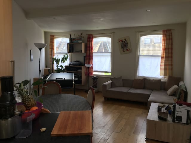Habitación doble  en a funky  piso en London
