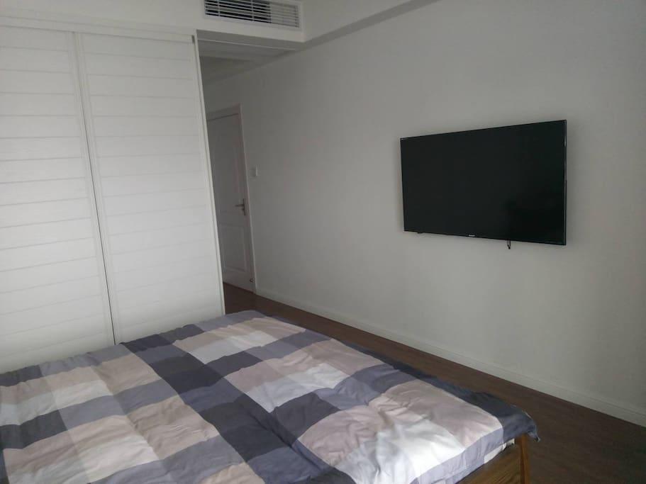 房间A~电视带爱奇艺VIP账号,电影随便看。窗帘,电灯都是遥控的