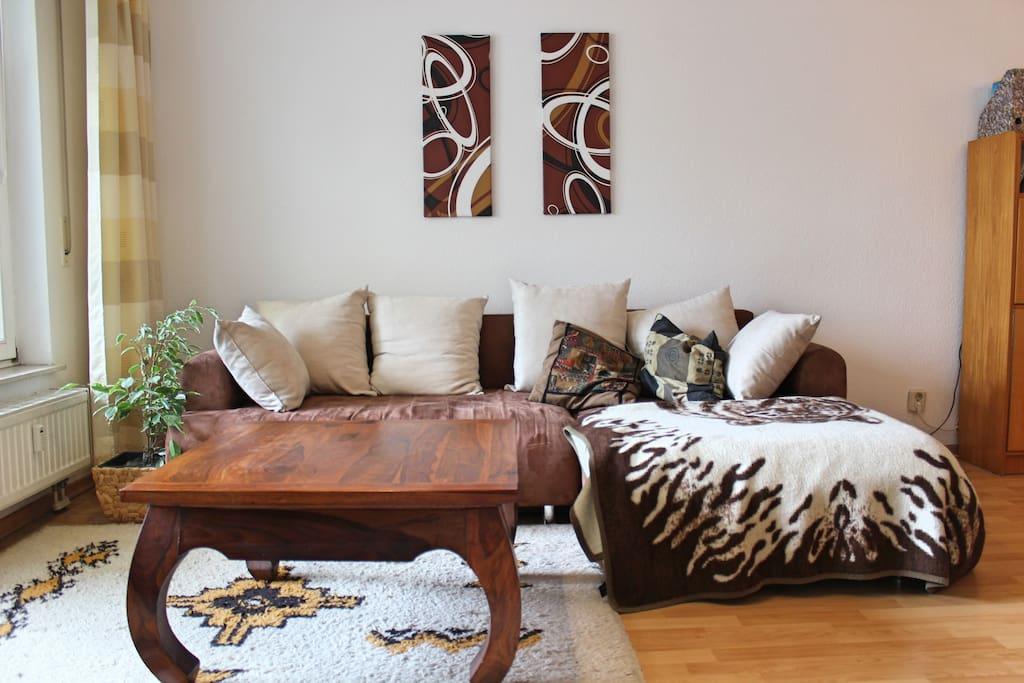 Bequemes ausziehbares Schlafsofa bietet zwei Schlafplätze