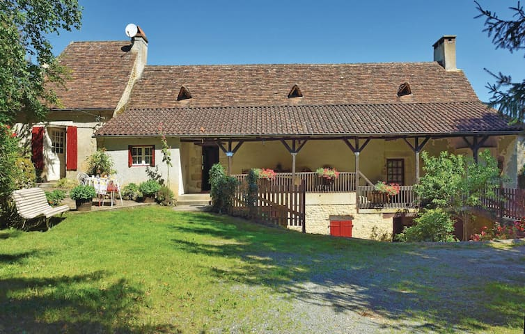 Holiday cottage with 2 bedrooms on 100 m² in Plazac