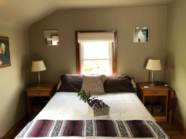 Comfy Queen bed in private room Lake Banook
