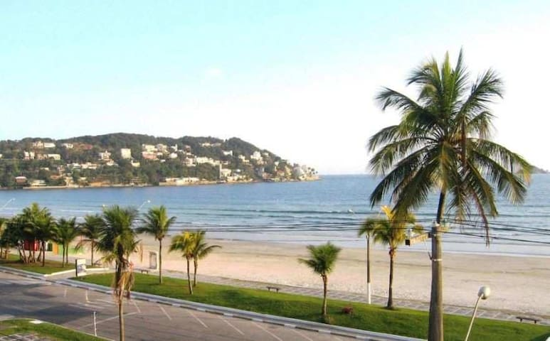 CASA c/ grande terraço, lindo jardim, 200mt Praia