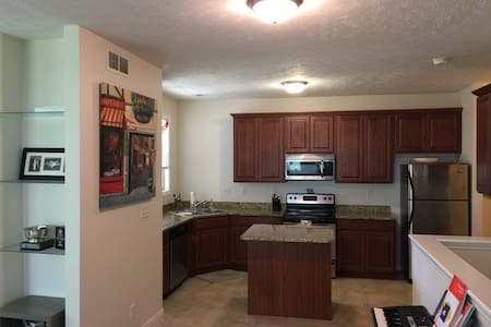 Enjoy entire charming newer large townhouse. - Casa