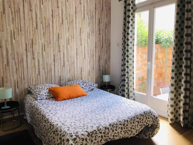 chambre avec lit double, placard, salle de bain attenante communicante avec l'autre chambre.