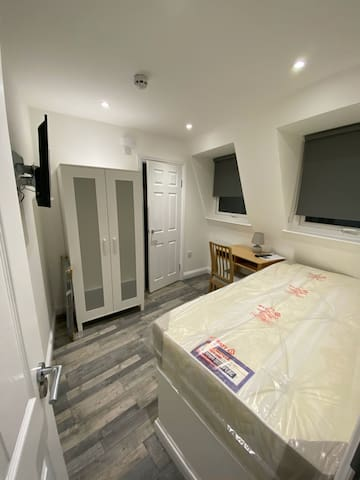 Single en-suite room in a new build!for self-quar!