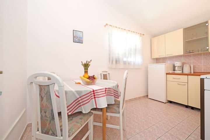 One bedroom Apartment, 200m from city center, seaside in Tisno - island Murter