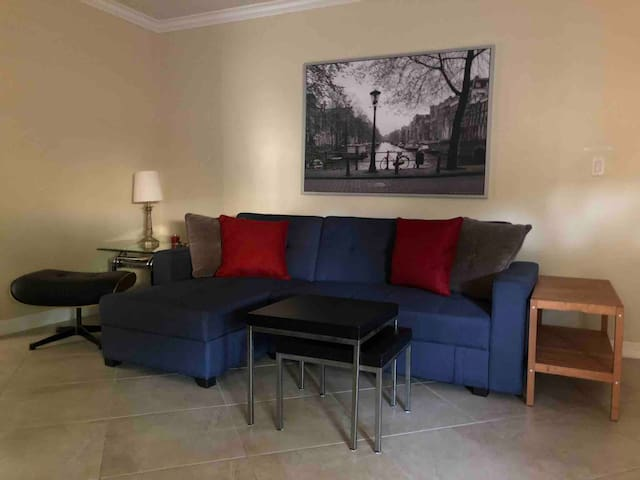 Entire apt near LAX,best sites, patio and parking