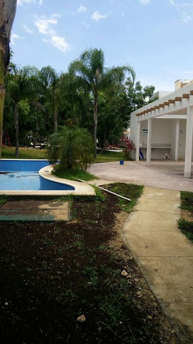 Communal gardens with swimming pool / Jardines comunes con alberca