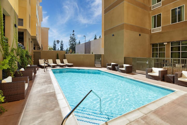 Staybridge King Studio. Free Breakfast + Outdoor Pool | 20 Minute Walk to Downtown Disney