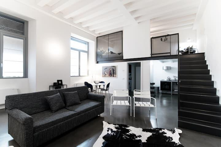 Boutique design loft in Como -2 levels-Parking-AC