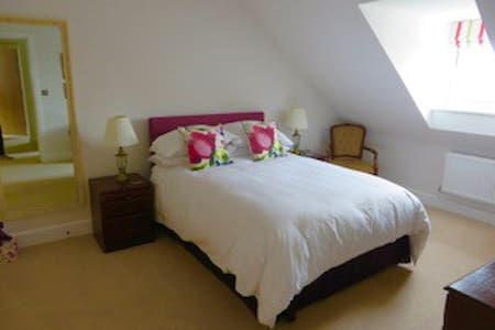 Dordolo B & B, comfortable, quality bedroom. - House