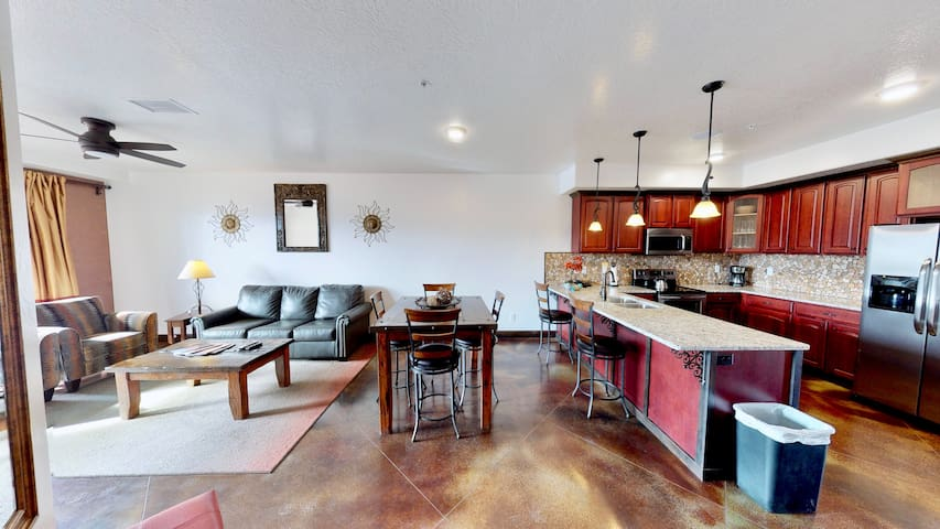 Luxury Downtown Condo with Onsite Restaurant. LDV9