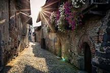 """Una vista delle """"rue"""" interne del Ricetto di Candelo"""