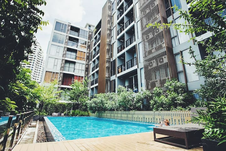 Cozy condo in Silom close 2 BTS, pool view, 1BR
