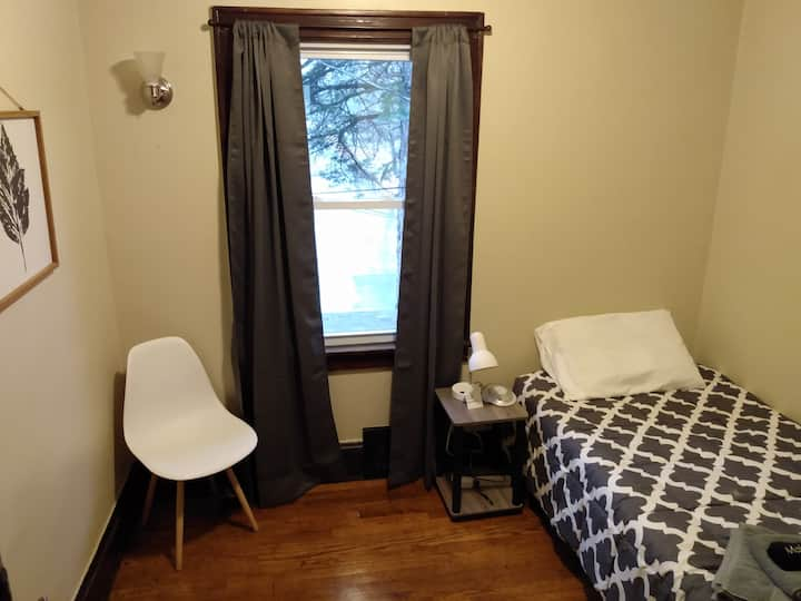 Clean, cozy room close to Highland Sq & Downtown