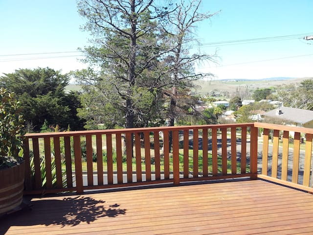 Two queen bedrooms with huge deck and fireplace - Cooma - Rumah
