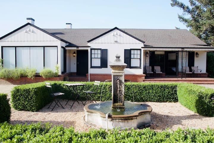 Napa Vintage Cottage Overlooking a Vineyard