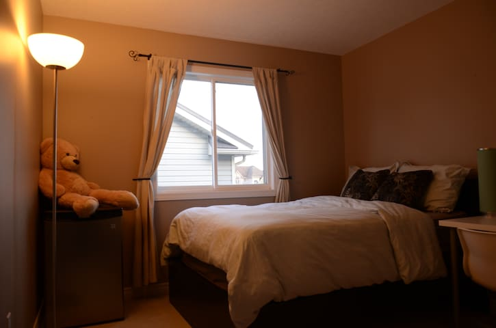 Clean and Cozy Room, Waterloo - Waterloo - Casa