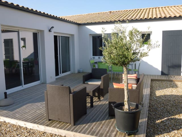 Maison  avec terrasse proche plage et La Rochelle - La Jarrie - บ้าน