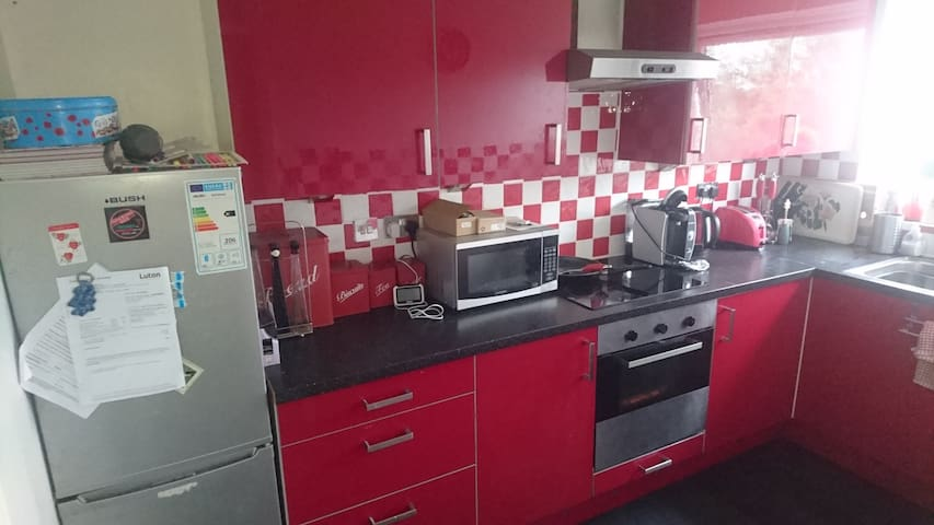 Cosy single  room available  in shared flat.