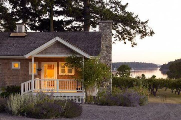 Charming waterfront cottage w/bay views