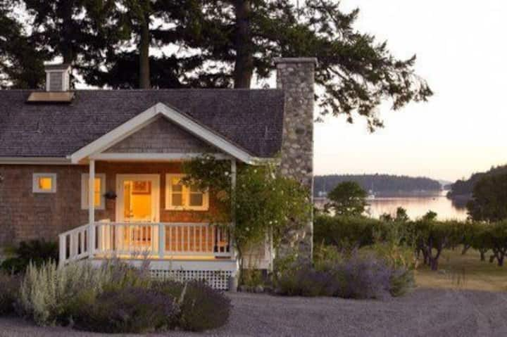 Charming Westcott Bay cottage w/bay views