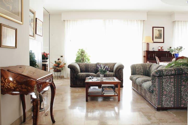 Elegante Appartamento in zona strategica in città