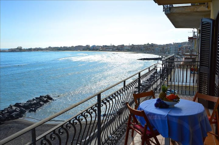 Camelia House 2 - Apartment in front of the beach in Giardini Naxos