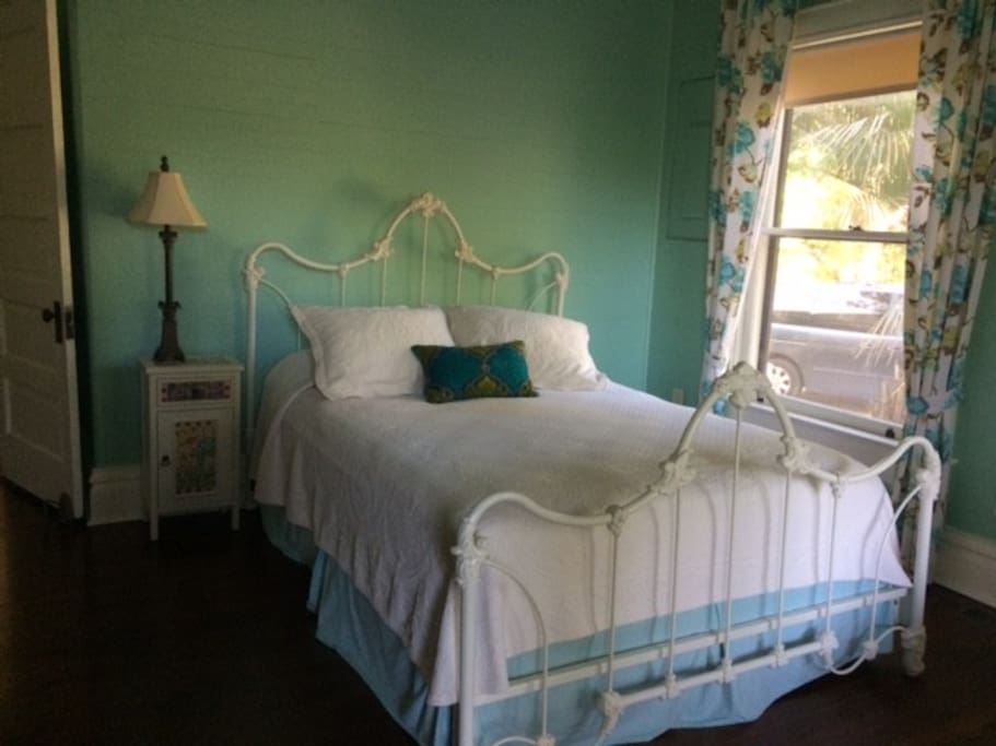 Comfy queen bed with soft linens and pillow choices