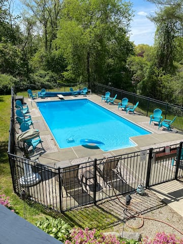 Beautiful pool and hot tub close to Casino/Mystic