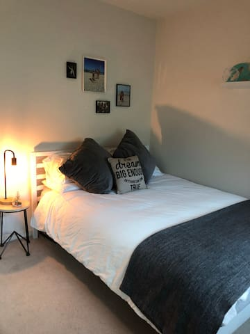 Great bdroom with bathroom in heart of bulimba