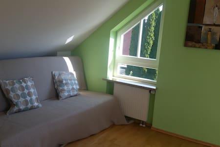 Ruhiges Sonnenscheinzimmer mit Fruehstueck