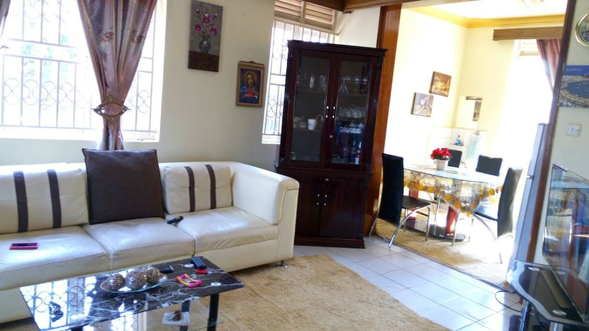 Private space and good location. - Kampala - Huis