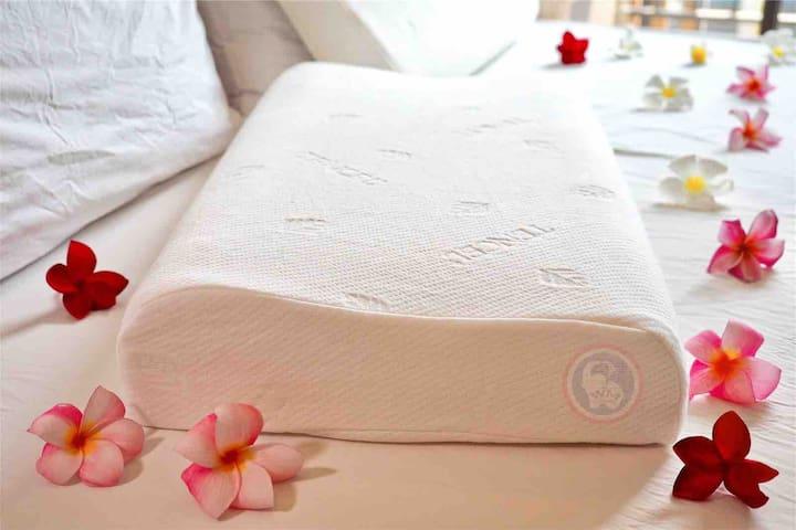 房间为您准备两个泰国纯正100%乳胶枕,舒缓您的颈椎,陪伴您睡得更香甜