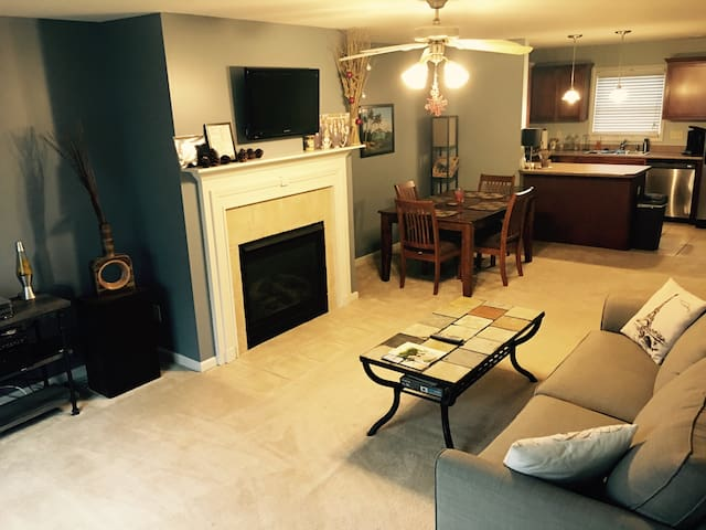 Entire Charming Condo Near Downtown Bloomington - Bloomington