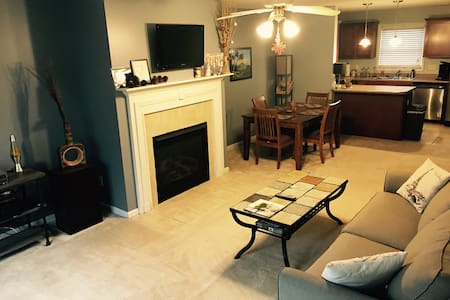 Entire Charming Condo Near Downtown Bloomington - Bloomington - Appartement en résidence