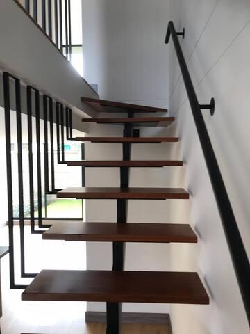 Escaleras de acceso a segundo y tercer piso