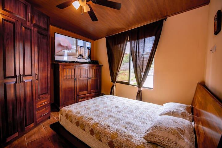 Habitación principal con pantalla Led 70 pulgadas con jacuzzi privado.