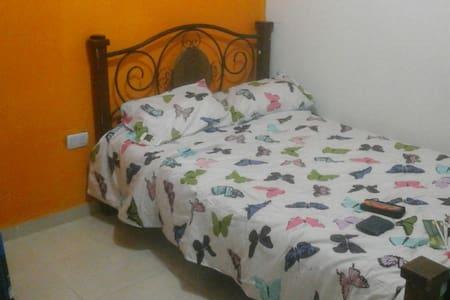 Cálida y cómoda habitación! - House