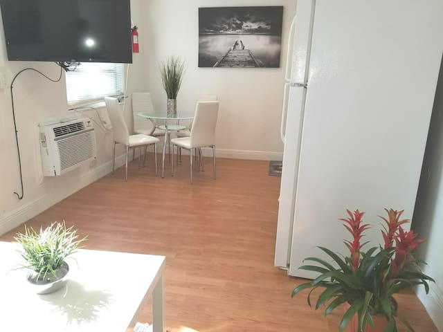 Tropical tiny home* beach* aventura mall*parks